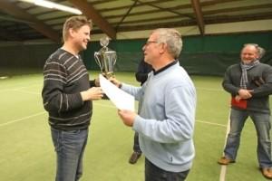 Sportwart Karl-Heinz Schlüter überreicht den Siegerpokal an Gerd Bödige