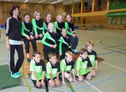 Leistungsturngruppe mit Übungsleiterin Annelie Schnieder