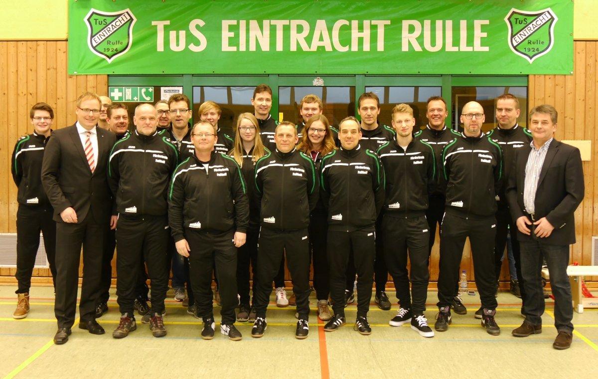 Freuen sich über die neuen Anzüge: Die Jugendbetreuer des TuS Eintracht Rulle mit Guido Eymann von der Volksbank Osnabrück eG und Hans Stegemann vom Förderkreis Fußball