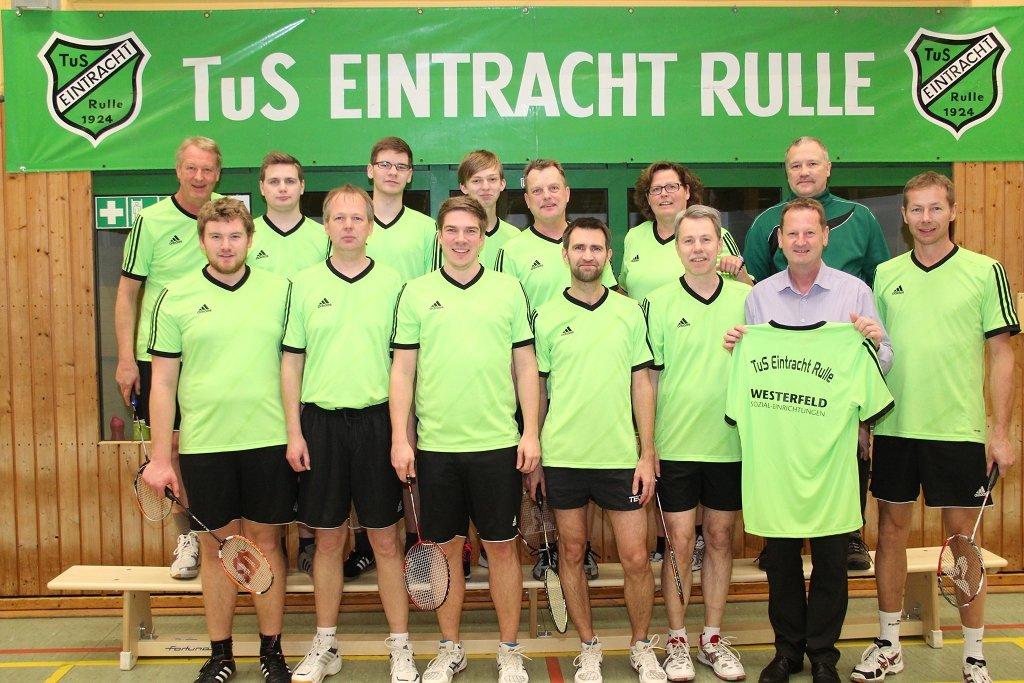 Christian Westerfeld (2. v. r.) überreichte die neuen Trikotsätze während des Trainings